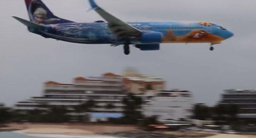 Посадку лайнера всамом опасном аэропорту мира сняли навидео