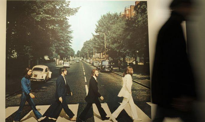 Пол Маккартни повторил культовую прогулку The Beatles по«зебре»