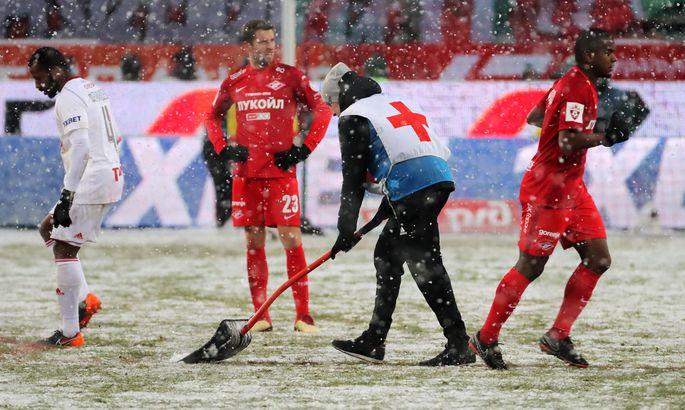 Работник стадиона'Локомотив чистит поле от снега во время дерби'Локомотив-'Спартак