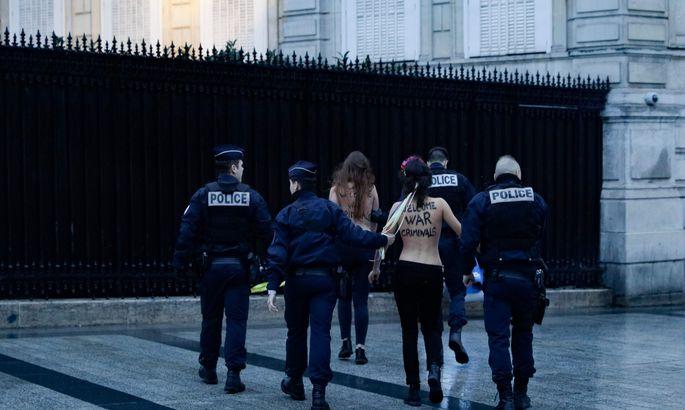 Активистки движения FEMEN попытались провести акцию уТриумфальной арки встолице франции