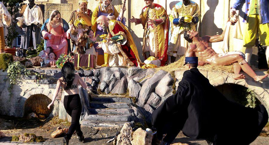 Активистки Femen устроили акцию нарождественской мессе вВатикане