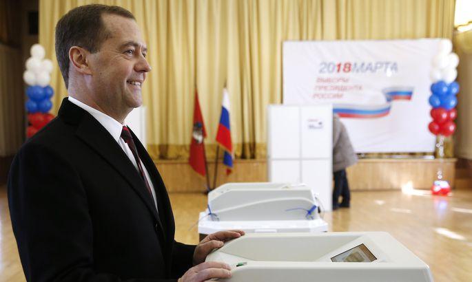 Медведев с женой проголосовали навыборах лидера России