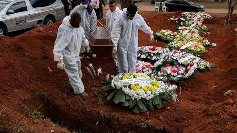 Kaitserõivastes hauakaevajad kandmas arvatavalt Covid-19 tagajärjel surnud brasiillase kirstu Vila Formosa kalmistul koroonapuhangu epitsentris Sao Paulos, Brasiilias, 16. juulil 2020.a.
