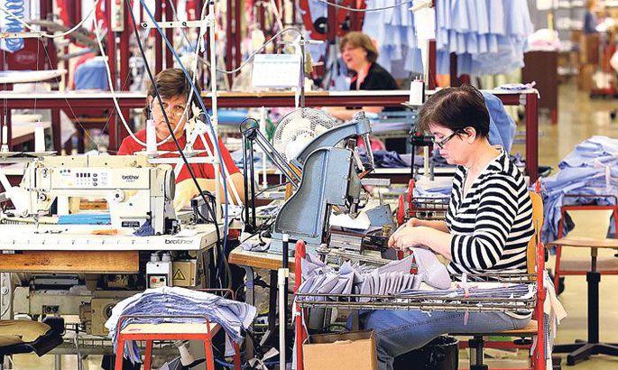 1818fd43ef5 Sangari õmblusvabriku palgal on praegu 230 inimest, iga päev valmib ligi  tuhat särki.
