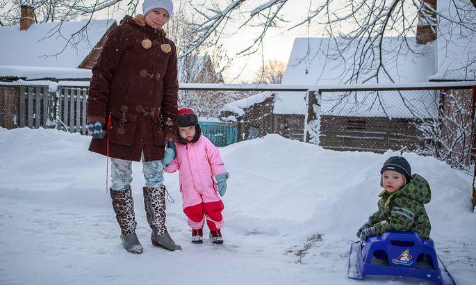 7e78e8ae933 POLE HULLU MIDAGI: Rosanna Ränk läheb ema Kersti Ränga käekõrval lasteaeda  rõõmsal meelel. Ka Arvi Rasmus Aavikul pole sellega probleemi.