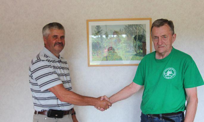 48cdd9750f8 OLE MEHEKS: Kärla spordielu eestvedaja Raivo Uus (vasakul) õnnitles eile  juubilar Peep Langot, kes veerandsada aastat juhtis Kärla kooli.