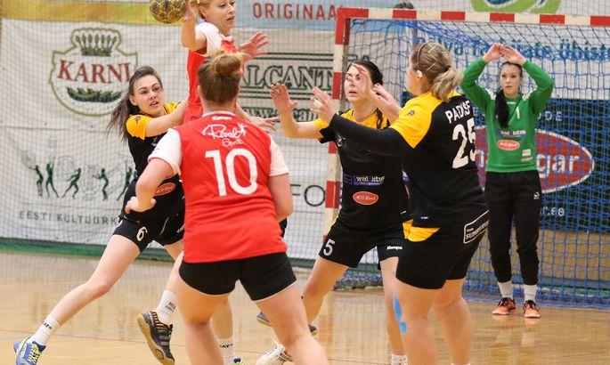 69886617b5e Reval-Sport/Mella kogenud mängija Jelena Mihailova üritab lahti harutada  Reval-Sport/Padise/Lasnamäe kaitset. FOTO: Eesti käsipalliliit