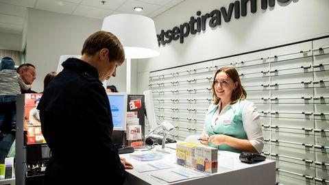 Vabariigi president Kersti Kaljulaid Järve keskuse Apothekas gripivaktsiini saamas.