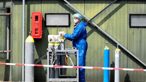 Töötaja 9. juunil kaitseriietuses Madalmaade COVID-19 puhanguga mingifarmis, kus loomad gaasiga hukati.
