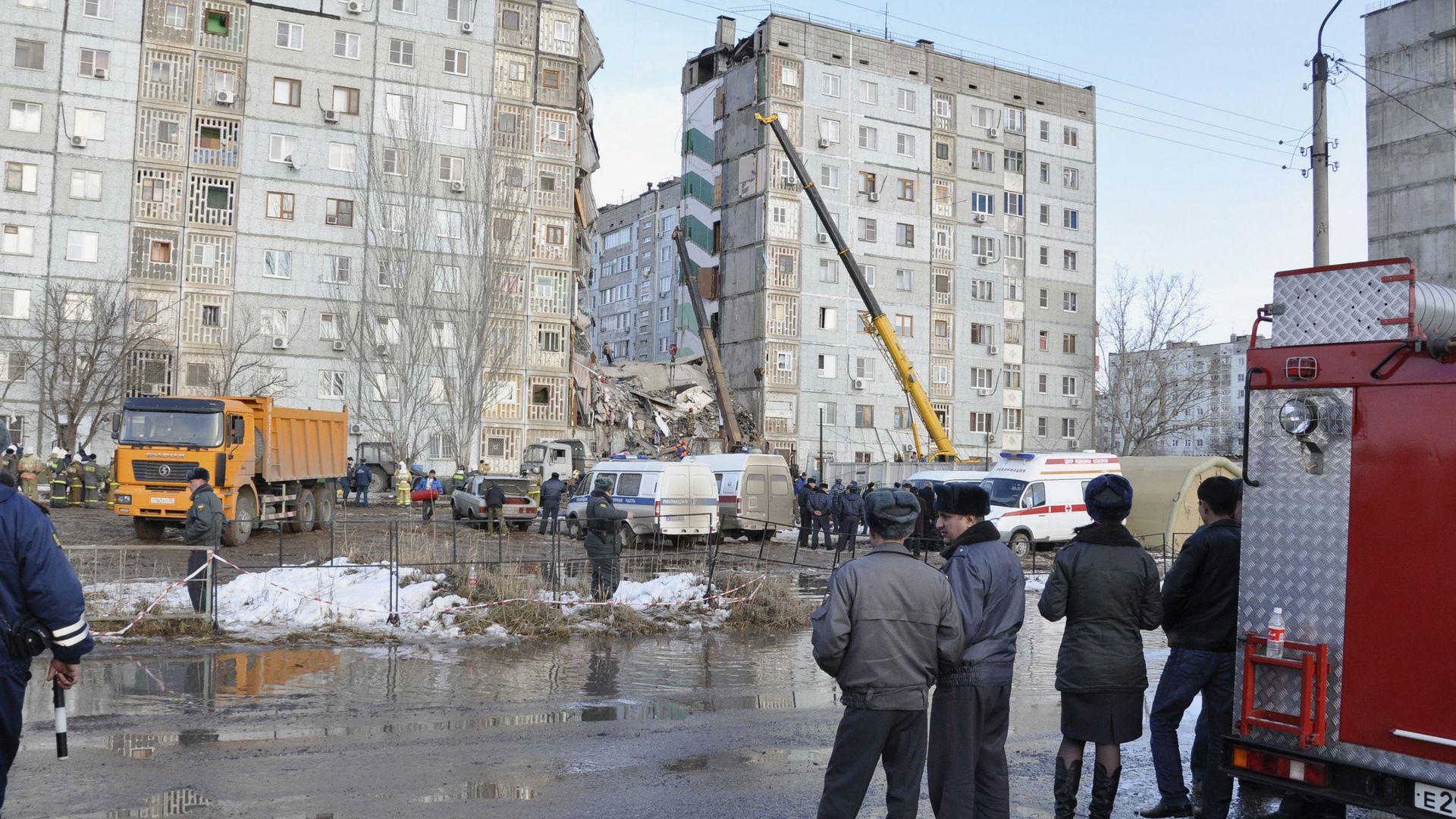Video:  päästetööd purunenud kortermaja juures Astrahanis
