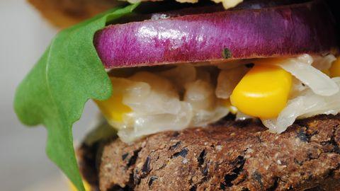 Viie taimetoiduteemalise kokaraamatu autor ja populaarse blogi Taimetoit.ee eestvedaja Sandra Vungi musta oa burger.