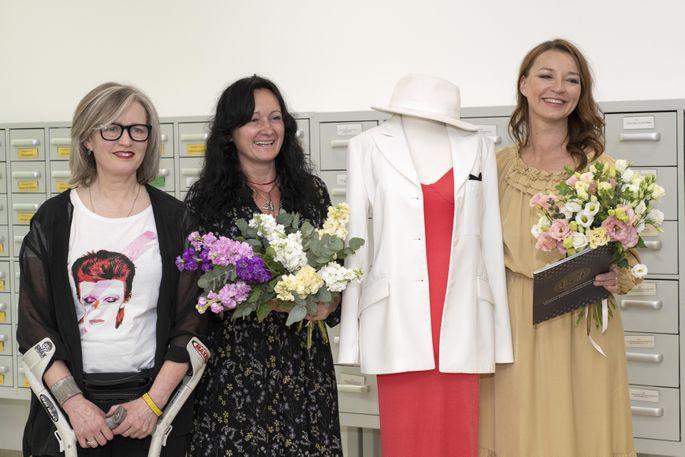 Мария Наумова подарила музею платье, в котором она ...