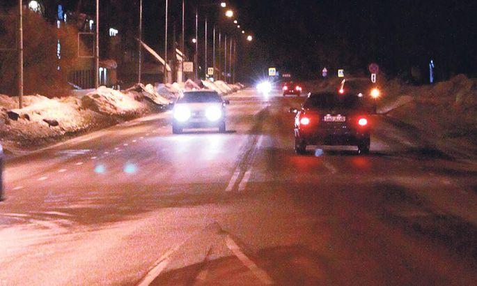 c805ce8ba8c Kui jalakäija paremalt poolt Jannseni tänavale jookseb ja vastusõitva auto  tuled juhti pimestavad, ei pruugi autojuht jalakäijat märgata.