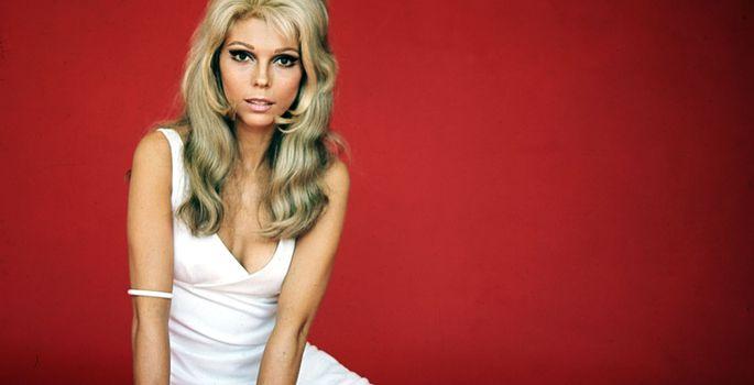 ec6df6b0cb0 Nancy Sinatra laul «These boots are made for walking» tõi kingamoodi uue  mõiste – valged alla põlve saapad, mis on paljuski saanud 60ndate kingamoe  ...