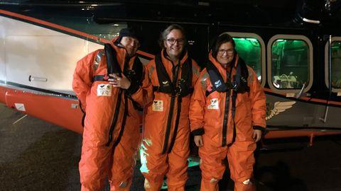 Kuna 25. jaanuari õhtul oli keerulised ilmastikuolud, siis tuli Helit Soome saatnud Põhja-Eesti regionaalhaigla kardioloogil  Pentti Põder (pildil vasakul), südamekirurg Günter Taalil ja kiirabiosakonna juhataja Lilian Läätsil selga panna tormiülikonnad.