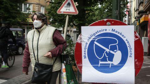 Maskiga naine Brüsseli tänaval 10. juulil 2020 – päeval, mil Belgia valitsus kuulutas maski kandmise taas kohustuslikuks poodides, söögikohtades ja siseruumides olevates meelelahutusasutustes.