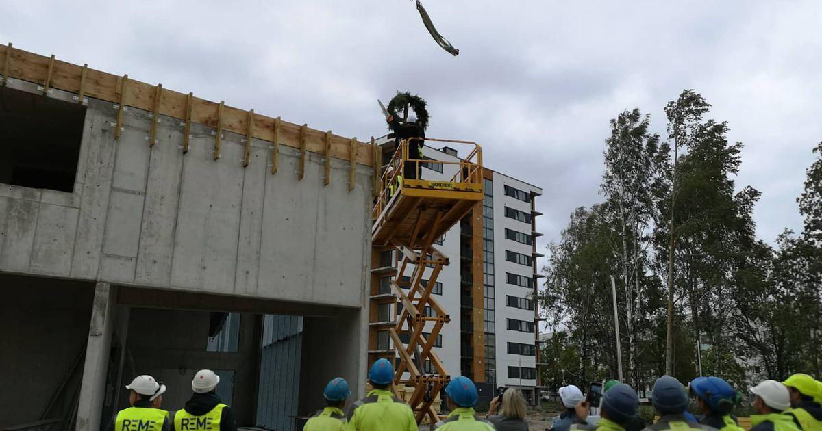 Pildid: uue lasteaia sarikapärja tõi katuselt alla linnapea