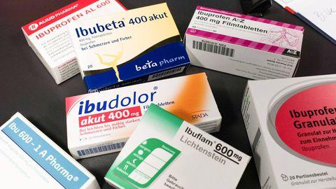 Mittesteroidsete põletikuvastaste ravimite, sh ibuprofeeni, naprokseeni ja diklofenaki regulaarne kasutamine haigusele eelneval perioodil ei suurenda koroonaviirusega nakatumise riski ega suremust. Ravimite toime ägedas haiguse faasis vajab veel uurimist.