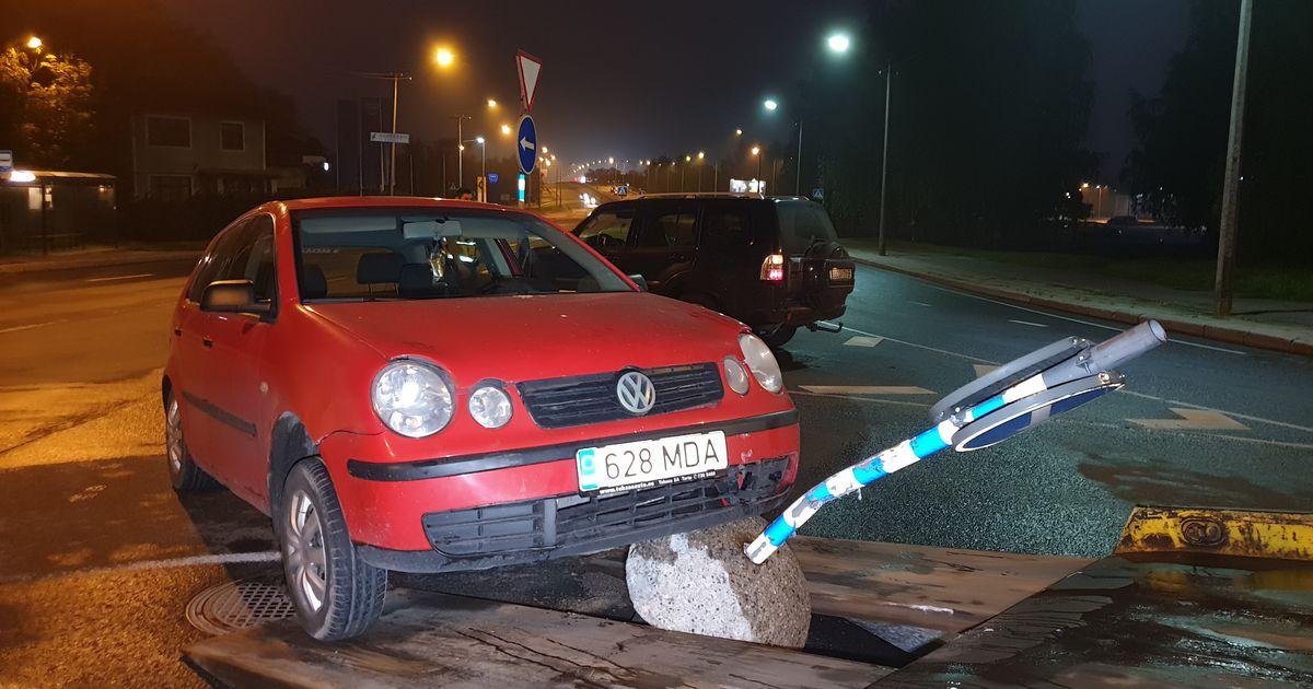 Pildid: auto liiklusmärgi otsa kinni sõitnud juht lahkus sündmuskohalt