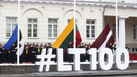Aastapäevatseremoonial, Vilniuses presidendipalee esisel väljakul, heisati kõigi kolme Balti riigi lipud.