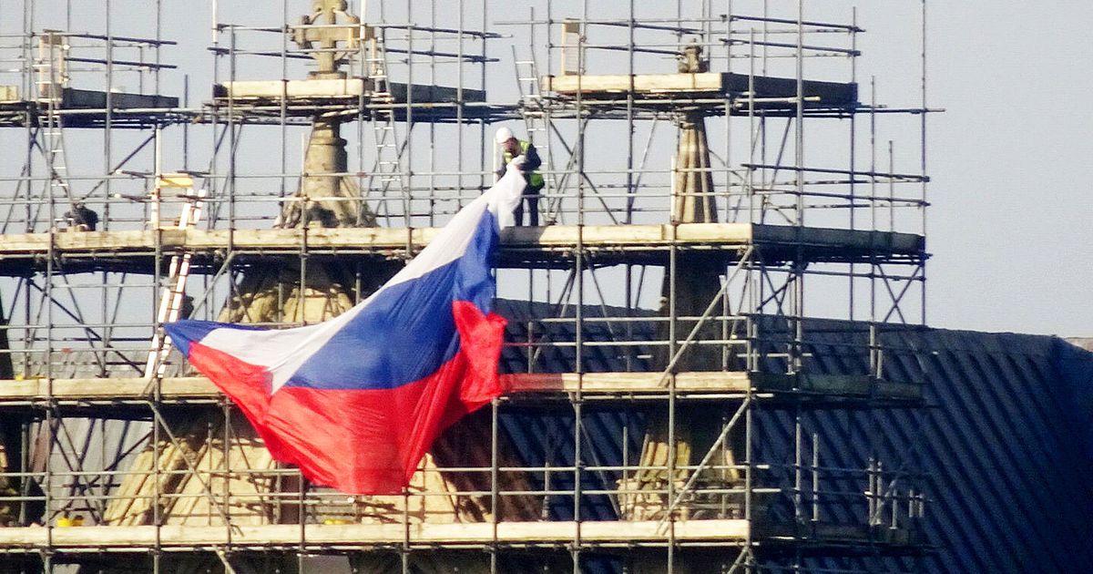 Salisbury katedraalile riputati hiigelsuur Vene lipp