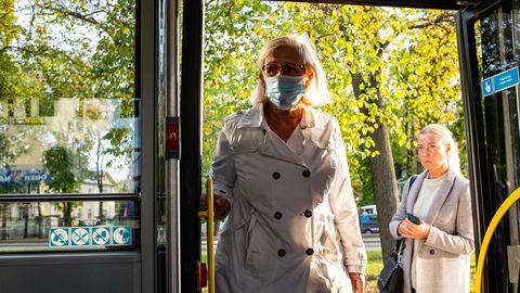 Terviseameti hinnangul on madalama haigestumise põhjuseks hügieeninõuete järgimine. Illustreerival pildil maskiga naine bussi sisenemas. 07.10.2020, Tallinn.