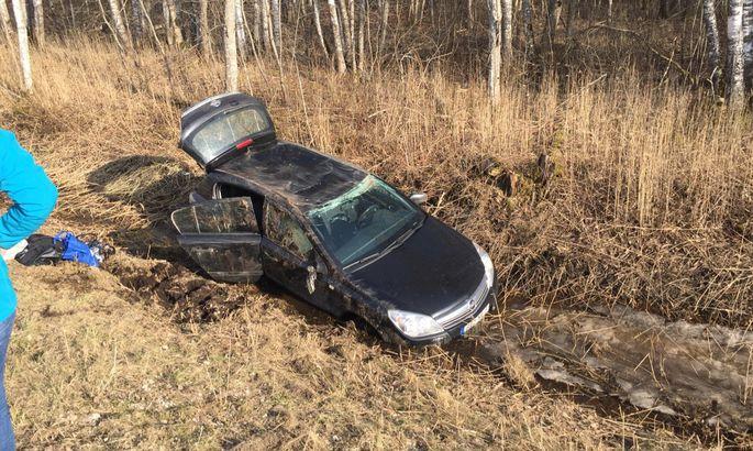ea9956929ef Foto: Läänemaal sõitis Opel kraavi, sõidukit juhtinud naine ja väike ...