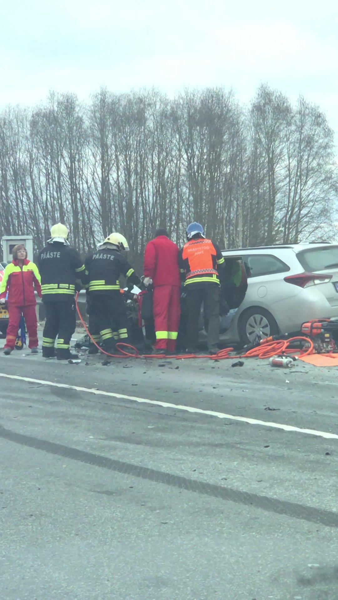f7b9505432b Fotod ja video sündmuskohalt: Tallinna-Tartu maanteel põrkasid kokku kaubik  ja sõiduauto - Tartu Postimees