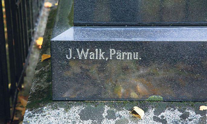 52582829cfc Vanasti signeerisid paljud ristimeistrid oma tööd. Üks selle käsitööala  kuulsamaid esindajaid Pärnus oli Jüri Walk (1873-1948).